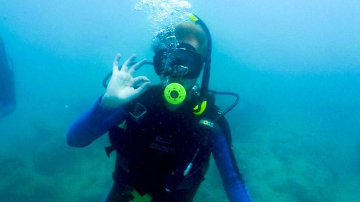 Barrier Reef Australia: Scuba diver - OK sign in the Whitsundays
