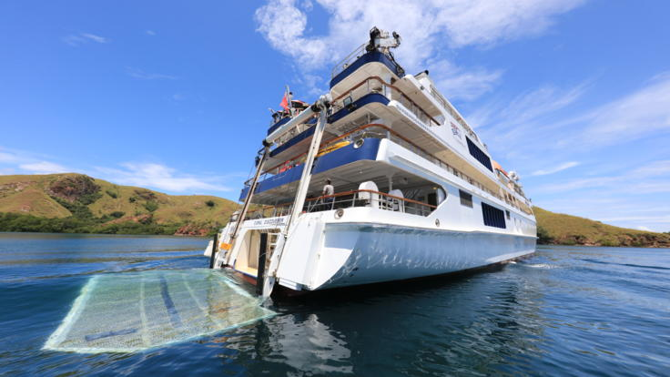Cruise Ships Great Barrier Reef - Platform lowers for easy access into the water