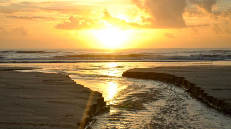 Barrier Reef Australia: Sunrise over the ocean from the beach - Fraser Island