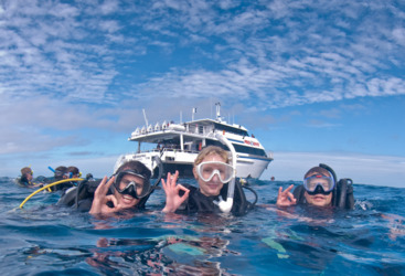 Introductory diving lessons on the Great Barrier Reef with dive instructors