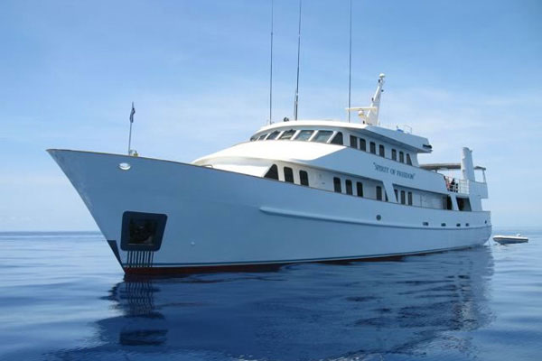 5 star luxury dive boats Cairns