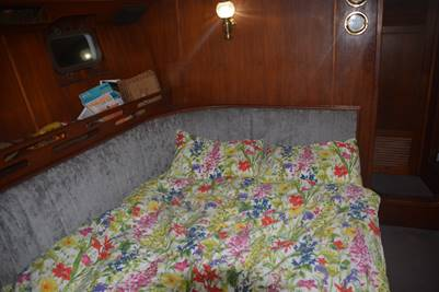 Convertible bed in the saloon area