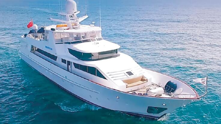 YOTSPACE superyacht voyages - Phoenix One cruising Great Barrier Reef